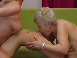 Hot tongue make mincemeat of pussy